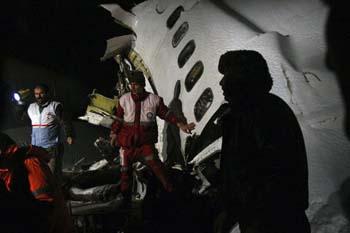 İranda uçak düştü: 70 ölü galerisi resim 5