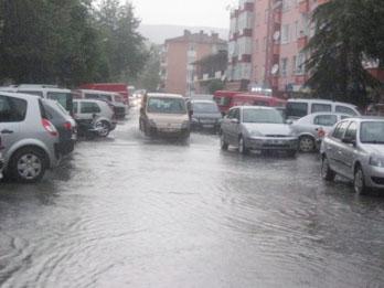 Cadde ve sokaklar yağmura teslim