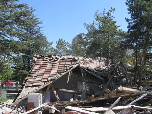 Belediye ekipleri yıkımı gerçekleştirdi!