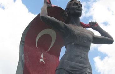Süreyya Ayhanın heykeli de tel tel dökülüyor