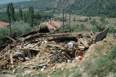 Ilgazda çöken evin enkazından iki yaralı çıktı