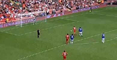 Kendi kalesine penaltıdan gol attı!