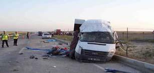 Minibüsü otomobille çarpıştı: 8 yaralı