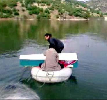 İntihar eden kızın tabutu, barajda lastik botla taşındı