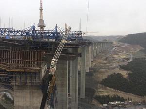 Viyadük inşaatında çökme: 5 işçi enkaz altında