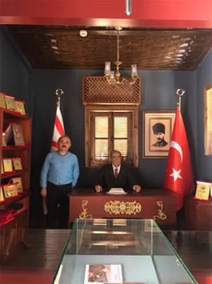 Belediye Başkanı Esen, Kıbrıs'dan ailece 'Bozkurt' selamı ile görüntü verdi