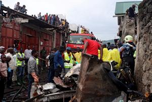 Ülke şokta! Yolcu uçağı yerleşim yerine düştü! 24 Ölü