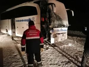 Sivas'ta yolcu otobüsü, kar küremesi yapan iş makinesiyle çarpıştı! Bir ölü