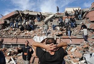 İzmir depreminde 12 kişi hayatını kaybetti, 419 yaralı var