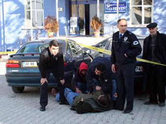 AK Partili başkan işçisini ayağından vurdu!