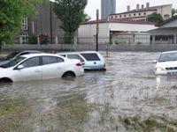 Ankara'yı yine sel vurdu; Keçiören'de araçlar sürüklendi!