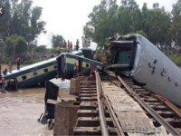 Bangladeş'te yolcu treni nehre düştü: Çok sayıda ölü, yüzlerce yaralı var!