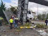 Pamukova'da TIR durağa daldı: 1'i çocuk 2 ölü, 3 yaralı