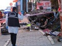 İzmir'de aşırı hız sonucu 2 ölü 1 yaralı