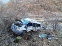 Hakkari'de öğrencileri taşıyan minibüs kaza yaptı: 2 Ölü