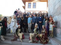 Rektör Ayrancı milli bayramlarda yok lakin 40 kadının içinde var!