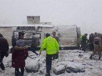 Erzincan'da yolcu otobüsü devrildi, yaralılar var