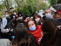Taksim'e çıkmak isteyen DİSK'e polis müdahale etti! Çelenk parçalandı