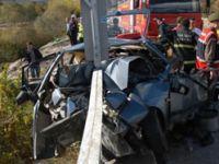 Otomobil köprünün korkuluklarına saplandı