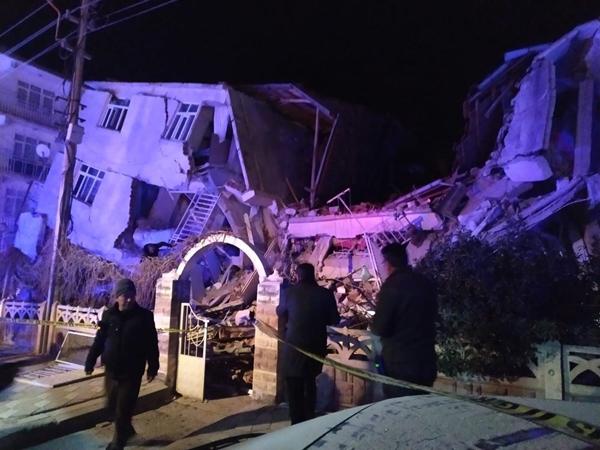 elazig-deprem-goruntuleri-gelmeye-basladi-resim-012.jpg